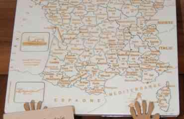 Puzzle France Artisanal JS - Composé de 90 pièces, sur chacune d'entre elles, on retrouve:  · Le n° du département   · Le nom de ce département   · Sa préfecture (ou chef lieu pour les « anciens »)   Il est conçu de manière à ce que n'importe qui, de 7 à … 700 ans, puisse, avec l'aide d'un dictionnaire, agenda, …, refaire celui ci dans sa totalité (à partir du moment où l'on peut reconnaître les chiffres ou en sachant lire)