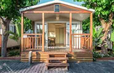 Mobil home Voilier 2 chambres 2019 - 1 cuisine équipée 1 SDB avec douche 1 chambre double avec lit de 140 cm 1 chambre avec 2 petits lits simples Top confort et terrasse couverte Climatisation Télévision en option