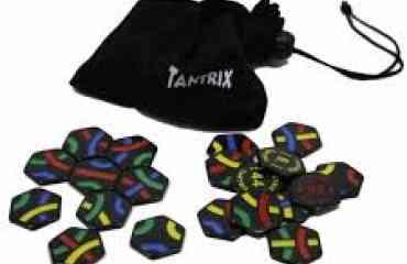 Tantrix Bag 56 tuiles - Les tuiles hexagonales de Tantrix ont chacune trois lignes de couleurs différentes qu'il faut juxtaposer en respectant la connexion des couleurs entre elles. En solitaire, il s'agit d'un casse-tête avec différents niveaux de difficultés. En jeu collectif, chacun se concentre sur sa propre couleur et essaie de réaliser une ligne continue plus longue que les autres tout en contrant la stratégie de ses adversaires!  Tantrix est un casse-tête original et évolutif à emmener partout, qui se joue aussi bien seul ou à plusieurs. Prêt à relever le défi?