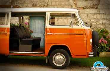 Balade en Combi Volkswagen - <p>Offrez-vous un voyage dans le temps !</p> <p>Prenez le volant du mythique combi, symbole de liberté et éternel ambassadeur des années 70.<br /><br />Préservés dans un état proche du neuf ou patiemment restaurés, nos combis continuent leur route pour des balades décalées saveur patchouli. Dress-code conseillé : pattes d'éph. , col pelle à tarte et rouflaquettes !!</p> <p>8 places pour la convivialité, un toit ouvrant pour ne rien rater !</p> <p>Idéal pour les grandes familles ou pour partir en virée avec vos meilleurs copains, l'ancêtre du monospace offre 8 vraies places, dans un confort étonnant ! Nos modèles sont tous équipés d'un large toit ouvrant pour ne pas rater une miette de cette balade inoubliable.<br /><br />Votre combi vous sera confié après un briefing de prise en main (conseils de conduite et sécurité). Un itinéraire au choix vous sera remis, à titre indicatif, pour (re)-découvrir les Hauts-de-France.</p>