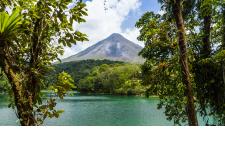 Circuit explore : Costa Rica, de l'océan Pacifique à la mer des Caraïbes - Le Costa Rica promet un dépaysement total. Dans la vallée de Dota, engouffrez-vous dans les forêts et tout en marchant sur un pont suspendu, imaginez-vous vivre dans cet environnement envoûtant. Après avoir admiré le volcan volcan Irazù, vous apercevrez peut-être un quetzal, cet oiseau somptueux célèbre dans la région.