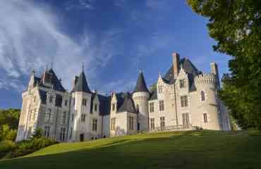 Domaine de Candé - Domaine de Candé La vraie vie de château  Dans un cadre préservé, à 20 minutes de Tours, le Domaine de Candé entraîne le visiteur à la découverte d'un château à l'aménagement audacieux et l'invite à la flânerie au cœur d'un parc de 230 hectares tout aussi singulier. Rendu célèbre en 1937 par le mariage du Duc de Windsor avec l'américaine Wallis Simpson, le château de Candé a connu de nombreux propriétaires du Moyen Âge au XXe siècle. Deux d'entre eux l'ont doté d'équipements d'une modernité rarissime pour l'époque : d'immenses cuisines sur deux niveaux ; huit salles de bains ultra-modernes ; mille mètres carrés de chais équipés de pressoirs dernier cri ; un central téléphonique Bell ; une salle de culture physique dignes du Titanic ; un orgue Skinner monumental, le seul d'Europe et l'un des trois derniers au monde… Avec son réseau hydraulique complexe, son potager et son verger de sauvegarde, le vaste parc aux arbres centenaires n'est pas en reste, qui héberge aujourd'hui des créations contemporaines ludiques et insolites. On peut explorer cet Espace Naturel Sensible à l'aide d'applications numériques, façon jeu de piste ou course d'orientation, ou se laisser aller à la contemplation sur l'un des sentiers de randonnée.  Plus d'informations : www.domainecande.fr
