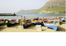 Cap-Vert : 5 îles de rêve pour découvrir l'archipel - <p><strong>SAO VICENTE – MINDELO – SAN ANTON – FOGO – BOA VISTA – SANTIAGO – PRAIA</strong></p> <p>Ce circuit vous fera visiter 5 des plus belles îles de l'archipel du Cap-Vert, la meilleure façon de découvrir toute la diversité de paysages et de couleurs qu'offre ce merveilleux pays. De nombreuses plages de rêve vous attendent, ce qui n'empêchera pas les marcheurs d'être comblés par quelques randonnées mythiques ! Le Cap-Vert c'est aussi un peuple chaleureux avec le cœur sur la main, que vous ne manquerez pas de rencontrer grâce à ce voyage.</p> <p></p> <p><strong>13J/12N</strong> – A partir de <strong>1590 €</strong> par pers. (hors vol international)<br /> Pour 2 personnes en chambre double</p>