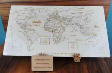 Puzzle Monde Artisanal JS - Composé de 99 pièces, sur chacune d'entre elles, on retrouve:  · le nom du pays  · Sa capitale  · L'indication de certaines grandes villes (quand il y a assez de  place)   Le Puzzle Monde est celui qui reprend les contours de tous les Continents