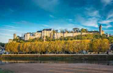 Forteresse royale de Chinon - Forteresse royale de Chinon Plus fort qu'un château !   Située sur son éperon rocheux aux confins de l'Anjou, de la Touraine et du Poitou, la Forteresse royale de Chinon reflète les heures les plus prestigieuses du Moyen-Âge. Dernier refuge d'Henri II Plantagenêt roi d'Angleterre, ses murs millénaires ont accueilli Aliénor d'Aquitaine, Charles VII et Jeanne d'Arc lors des tournants majeurs de l'histoire de France. Les « trois châteaux » qui composent la seule forteresse médiévale royale du Val de Loire livrent aujourd'hui leurs secrets au travers de reconstitutions, de visites immersives et d'animations variées. Visiter la Forteresse royale de Chinon, c'est marcher dans les pas de Jeanne d'Arc, comprendre le fonctionnement d'une machine de guerre, ou admirer les magnifiques panoramas du Val de Loire.  Plus d'informations : www.forteressechinon.fr
