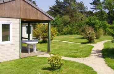 Location de chalet / 2 à 5 pers. - Séjournez en Bretagne au bord de la mer, au cœur de la Côte de Granit Rose : Perros-Guirec (Grand Site de Ploumanac'h, Réserve Naturelle des Sept-Iles), Trégastel, Pleumeur-Bodou (l'ile-Grande) et Trébeurden.  Le Village de Gîtes STEREDEN, un concept sympa et original : une vingtaine de chalets équipés et bien conçus, agréablement dispersés dans un parc piétonnier, arboré et fleuri : calme et sécurité assurés, dans une ambiance familiale et proche de la nature.   Chalets meublés et tout équipés, pouvant accueillir chacun jusqu'à 4 ou 5 personnes. Deux chambres : une chambre « parents » comprenant un lit deux places ; et une chambre « enfants » comprenant 2 lits simples au sol (possibilité 3e lit superposé, ou lit bébé) ; chambres bien séparées par un séjour avec banquette et télé ; coin repas et cuisine parfaitement équipée (vaisselle et ustensiles de cuisine, plaques de cuisson électriques, four micro-ondes, réfrigérateur et lave-vaisselle) ; salle d'eau (douche & lavabo) ; wc ; terrasse individuelle couverte, avec salon de jardin.  Nombreux services sur place : piscine couverte et chauffée en saison, infos touristiques, parking privé, barbecues, laverie, jeux de plein-air, jeux de société, livres, accès Internet wifi gratuit, ….    Activités, visites et loisirs nombreux sur place et alentours (position centrale) : services et commerces, plages et sites naturels (mer à 2 km), piscine « Forum de la Mer » (piscine détente à l'eau de mer, chauffée et couverte, avec jets massant et spa), chemins VTT et randonnée, parcours accrobranche, centre équestre et club poney, clubs de voile et de plongée (location kayaks de mer), station ornithologique LPO, réserve naturelle des 7 Iles (visites en bateau), golf 18 trous, parcs de loisirs (Parc du Radôme), patrimoine (menhirs, dolmens, châteaux, chapelles typiques, etc.), marchés locaux tous les jours. Visitez également Lannion et Tréguier, Paimpol et l'ile de Bréhat (à 40 min), Brest (Océanopol