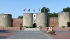 VISITE THEMATIQUE HISTORIAL GRANDE GUERRE  - <p>Situé à Péronne, au cœur des champs de bataille de la Somme, l'Historial de la Grande Guerre, est en Europe, le premier musée d'histoire comparée sur la Grande Guerre de 1914-1918.</p> <p>Des centaines d'objets civils et militaires, de dessins, d'affiches, et de films d'archives souvent inédits, vous invitent à un voyage saisissant dans l'histoire.</p> <p>Packages «groupes» sur la journée à tarifs très attractifs incluant un déjeuner sur place dans le château puis visite guidée l'après-midi, du Circuit du Souvenir, des Anguillères ou encore d'un déjeuner-spectacle au P'tit Baltar.</p>