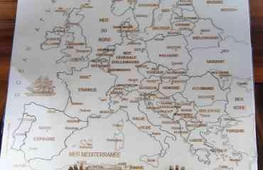 Puzzle Europe Artisanal JS - Composé de 29 pièces, sur chacune d'entre elles, on retrouve:  · le nom du pays  · Sa capitale  · L'indication de certaines grandes villes (quand il y a assez de  place)   Le Puzzle Europe reprend les contours du Continent Européen, tel qu'il est officiellement défini dans toutes les cartes géographiques officielles  Pour être logique avec nous même, celui ci fut d'ailleurs validé puis diffusé à Sources d'Europe à la Défense, structure qui fut le représentant de la Communauté Européenne en France