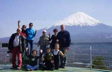 Circuit explore : Japon, de la montagne aux incontournables - La spécificité de ce circuit de 21 jours est son attention toute particulière portée aux paysages montagneux du Japon. Vous marcherez ainsi sur la route commerciale historique de la Nakasendo, mais également sur le plateau de Togakushi à Nagano, ville qui a célébré les jeux olympiques d'hiver de 1998. Nous n'en oublions pas les essentiels du Japon : De Fukuoka à Tokyo en passant par Hiroshima, vous découvrirez l'effervescence des villes japonaises. Vous apprécierez également des instants paisibles sur l'île sacrée de Miyajima, au sommet de la montagne de Koyasan ou encore du haut du mont Fuji. Au cœur du voyage : la découverte de la vie locale !