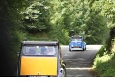 Balade Découverte en Citroën 2CV/ Méhari - <p>Sur les routes de traverse et les chemins oubliés des Hauts de France!</p> <p>(Re)-prenez le volant de la voiture qui défia les époques et les classes sociales.<br /><br />Préservées dans un état proche du neuf ou patiemment restaurées, nos 2CV reprennent du service pour vous satisfaire : bleu, grise, beige ou Charleston… presque aussi belles qu'au 1er jour avec pour chacune son charme et sa personnalité propre. Authentiques 2CV, intégralement décapotables, 4 places</p> <p>Parce qu'une jolie voiture ne suffit pas à faire une jolie balade,<br />Les Belles Echappées vous proposent<strong>6 parcours</strong>au départ de Clairmarais<strong>(inclus dans la location)</strong>.<br />Avant le départ, choisissez un roadbook parmi nos<strong>2 parcours 1/2 journée</strong>ou nos<strong>4 parcours journée; Découverte des Moulins et Monts de Flandres, Cap sur les 2 Caps, Les 7 vallées ou encore l'Artois et ses Légendes</strong>.<br /><br />Choissisez votre parcours, et partez en balade après un briefing de prise en main de votre véhicule (conseil de conduite et sécurité).</p>