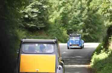 Balade Découverte en Citroën 2CV/ Méhari - <p>Sur les routes de traverse et les chemins oubli&eacute;s des Hauts de France!</p> <p>(Re)-prenez le volant de la voiture qui d&eacute;fia les &eacute;poques et les classes sociales.&nbsp;<br /><br />Pr&eacute;serv&eacute;es dans un &eacute;tat proche du neuf ou patiemment restaur&eacute;es, nos 2CV reprennent du service pour vous satisfaire : bleu, grise, beige ou Charleston&hellip; presque aussi belles qu&rsquo;au 1er jour avec pour chacune son charme et sa personnalit&eacute; propre. Authentiques 2CV, int&eacute;gralement d&eacute;capotables, 4 places</p> <p>Parce qu'une jolie voiture ne suffit pas &agrave; faire une jolie balade,&nbsp;<br />Les Belles Echapp&eacute;es vous proposent&nbsp;<strong>6 parcours</strong>&nbsp;au d&eacute;part de Clairmarais&nbsp;<strong>(inclus dans la location)</strong>.&nbsp;<br />Avant le d&eacute;part, choisissez un roadbook parmi nos&nbsp;<strong>2 parcours 1/2 journ&eacute;e</strong>&nbsp;ou nos&nbsp;<strong>4 parcours journ&eacute;e; D&eacute;couverte des Moulins et Monts de Flandres, Cap sur les 2 Caps, Les 7 vall&eacute;es ou encore l'Artois et ses L&eacute;gendes</strong>.<br /><br />Choissisez votre parcours, et partez en balade apr&egrave;s un briefing de prise en main de votre v&eacute;hicule (conseil de conduite et s&eacute;curit&eacute;).</p>