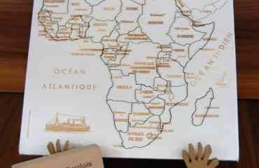 Puzzle Afrique JS - Composé de 50 pièces, sur chacune d'entre elles, on retrouve:  · Le nom du pays  · Sa capitale  · L'indication de certaines grandes villes (quand il y a assez de place)  Le Puzzle Afrique reprend les contours du Continent africain, tel qu'il est officiellement défini dans toutes les cartes géographiques officielles  C'est celui qui nous a fait le plus de soucis entre l'an 2000 et 2002, mais depuis, la stabilité de ce Continent fait qu'il est à jour (pour combien de temps, on peut se le demander !!!)  Artisanat 100% Français Notre engagement: pièce perdue, pièce cassée = pièce remplacée