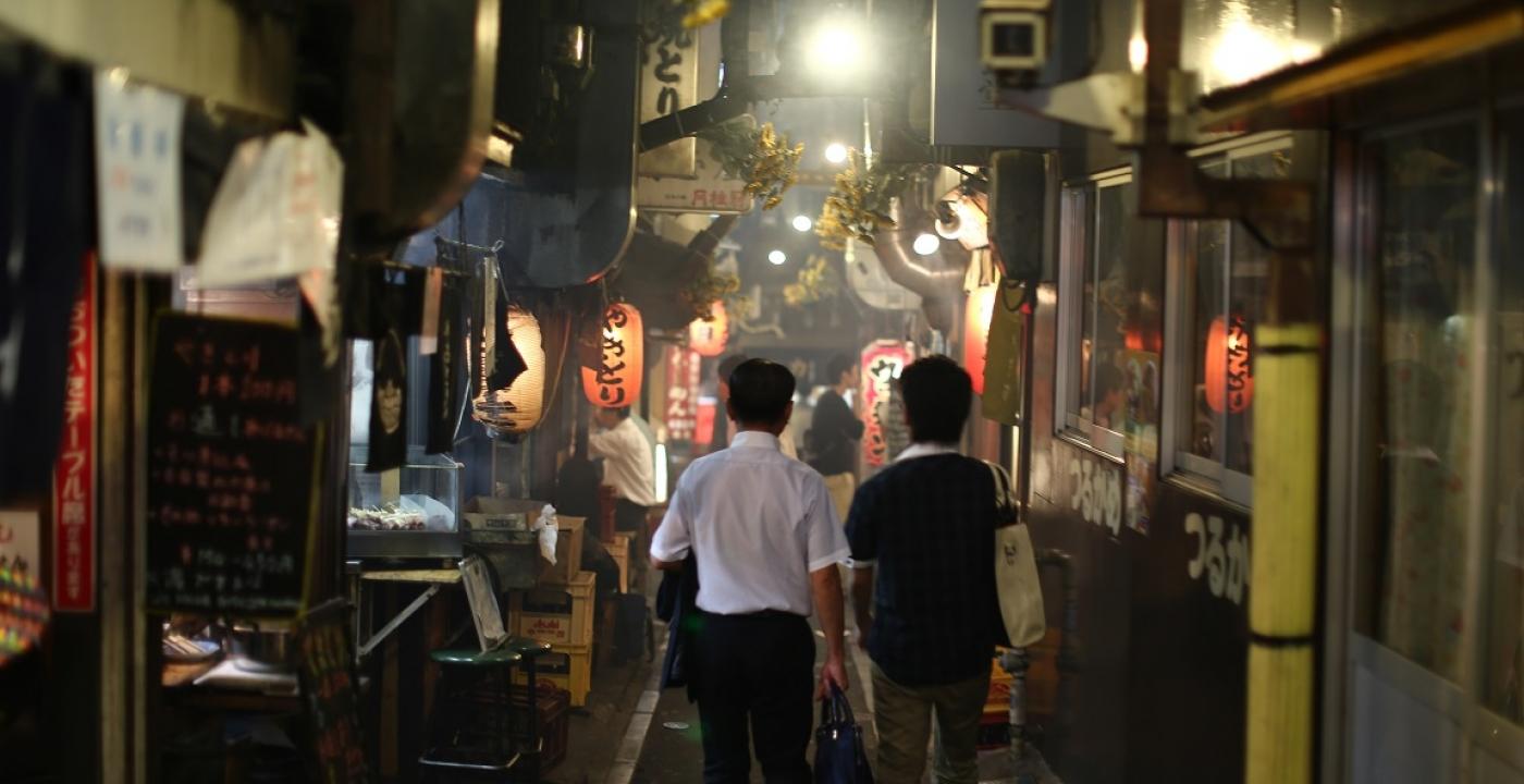 Photo d'une rue la nuit à Tokyo