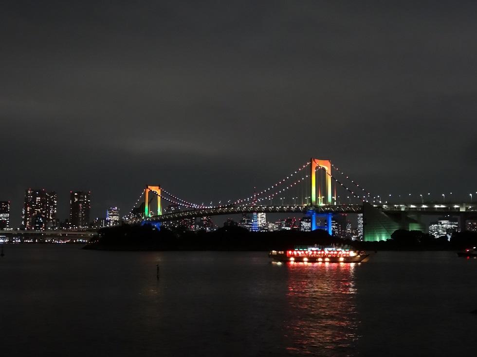 Photo d'un pont la nuit à Tokyo