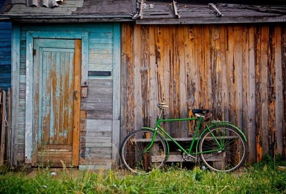 Une cabane et un vélo