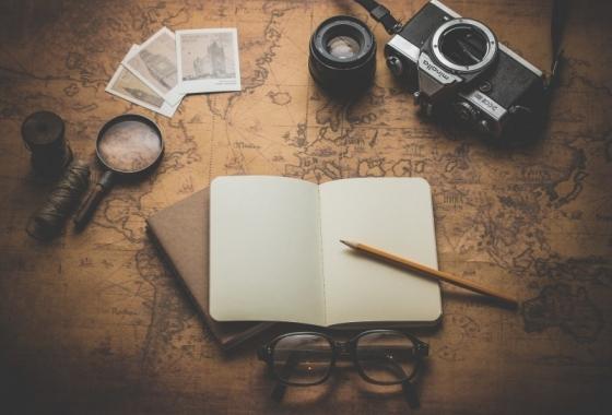 carte de voyage avec photos, carnet et appareil